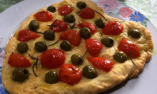 Focaccia con pachino olive e rosmarino