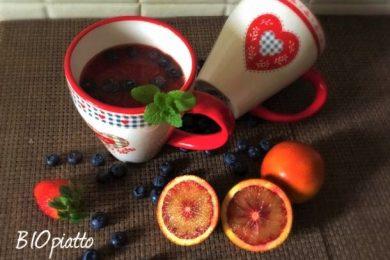 Frullato biologico fragole succo di arance rosse e mirtilli