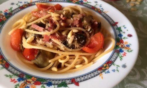 Spaghettoni speck carciofi pachino pinoli e pecorino