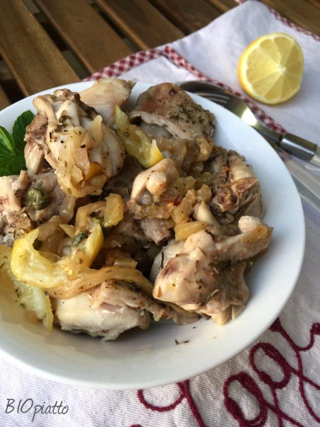 Coniglio alla cacciatora di limone capperi e melanzane