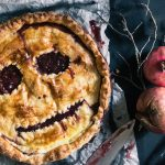 Torta mostruosa di Halloween con sfoglia e marmellata