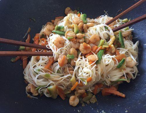 Noodles di riso con verdure e gamberi