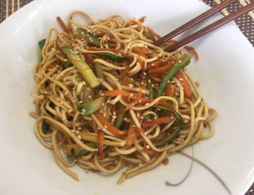 Noodles vegetariani con zucchine e carote