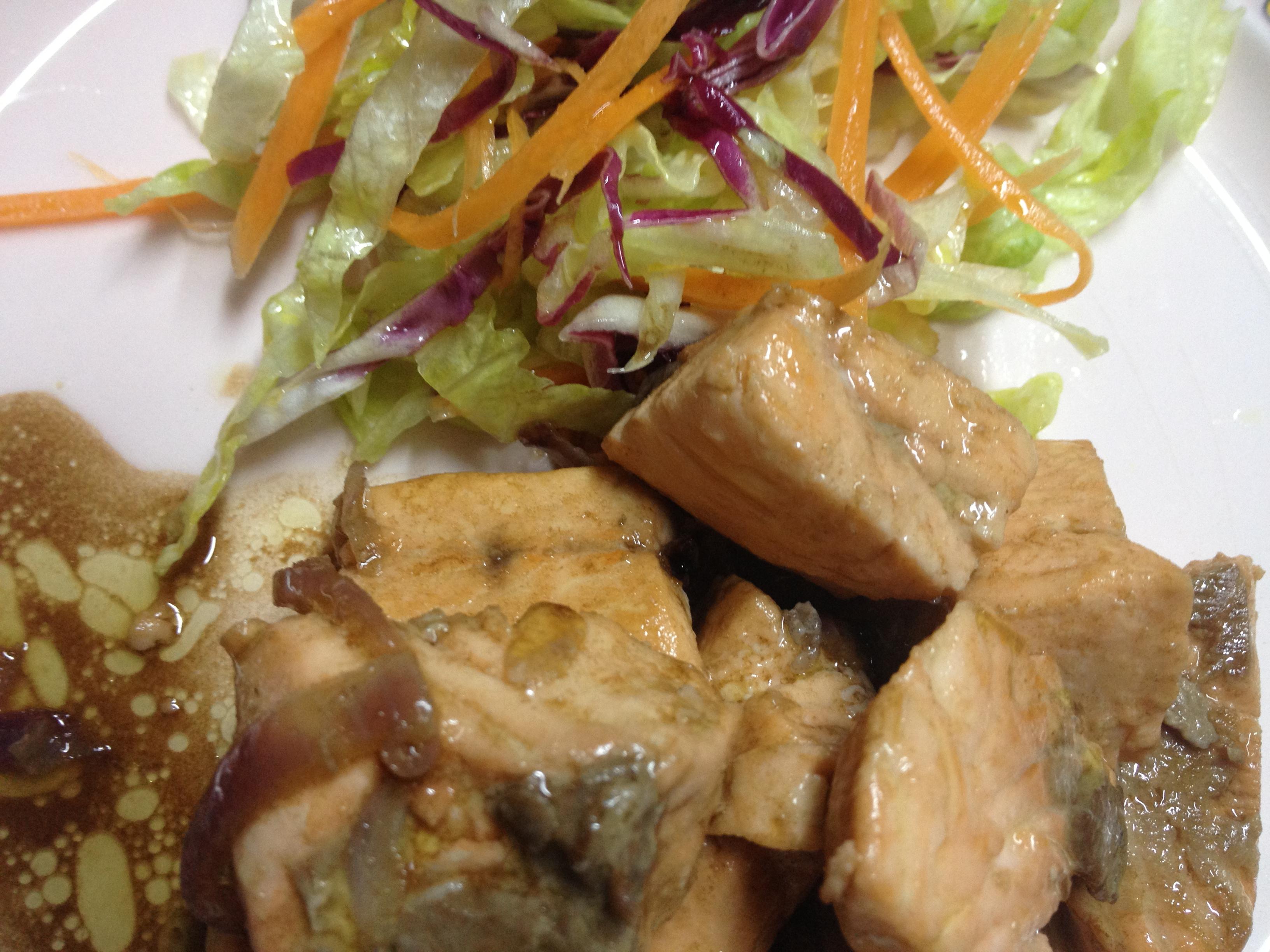 Salmone con cipolla e salsa di soia