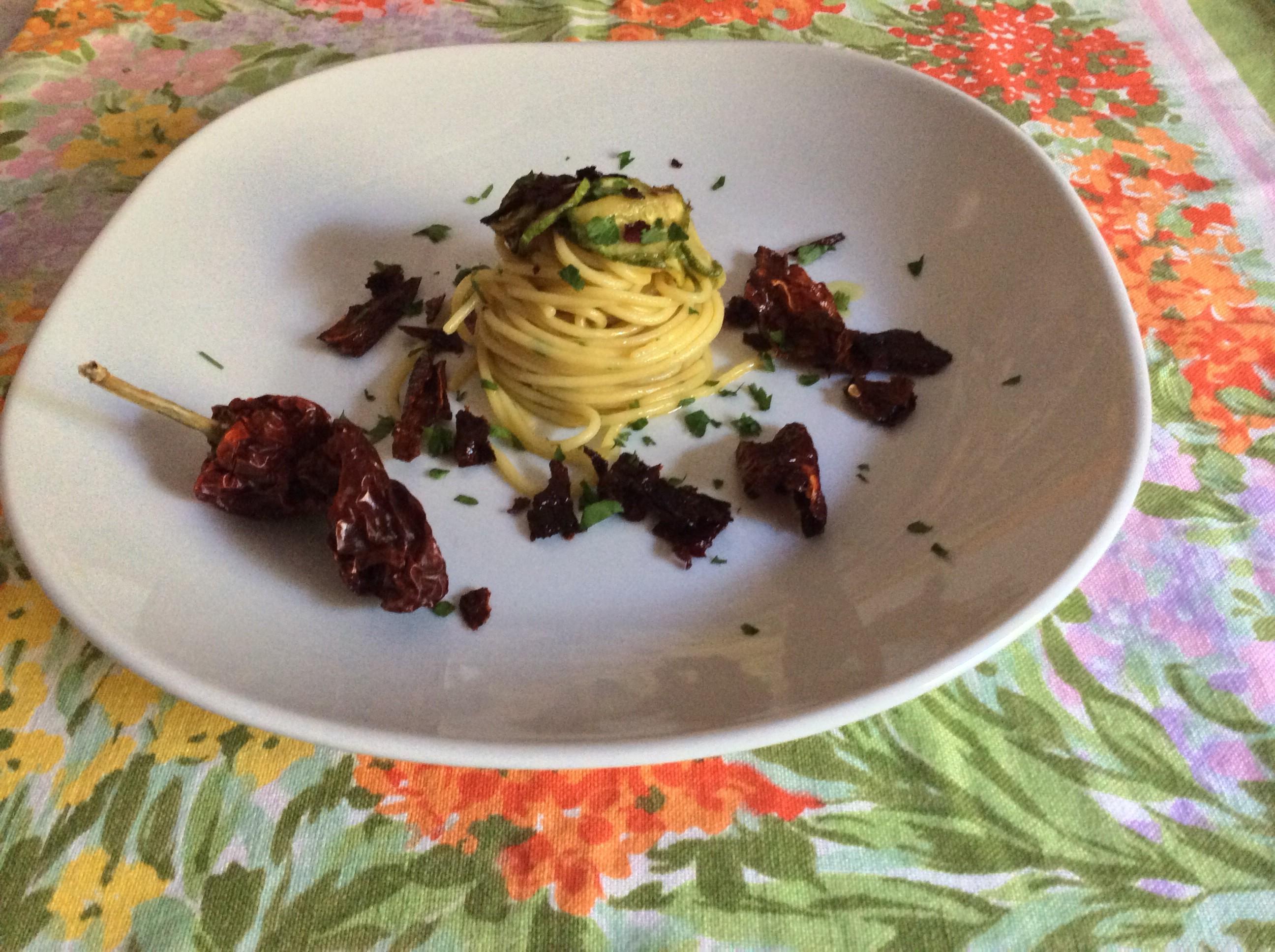 Spaghetti con zucchine e peperoni zafarani