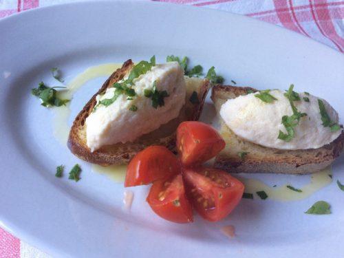 Mousse di baccalà su crostini di pane