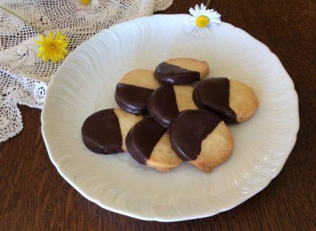 Biscotti glassati con cioccolato fondente