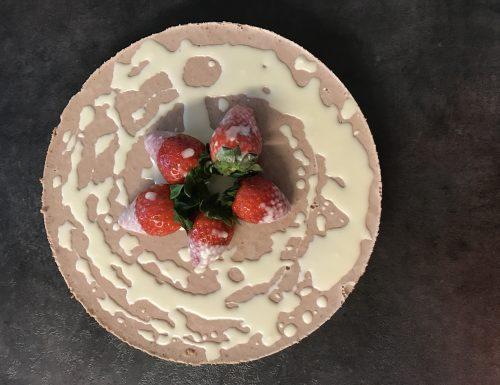 Panna cotta al cioccolato su base cheesecake con colata al cioccolato bianco