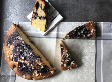 Torta morbida con crema di mirtilli e mandorle