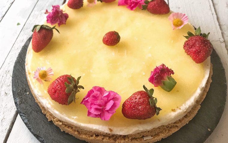 Cheesecake con fragole e gelatina di limone senza cottura