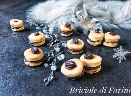 Biscotti di frolla con ganache al cioccolato e caffè