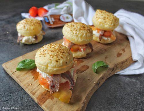 Panini di sfoglia con crema di ricotta alici e pomodori