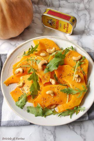 Zucca al forno condita con salsa alle alici olio aceto balsamico semi di chia, rucola e anacardi