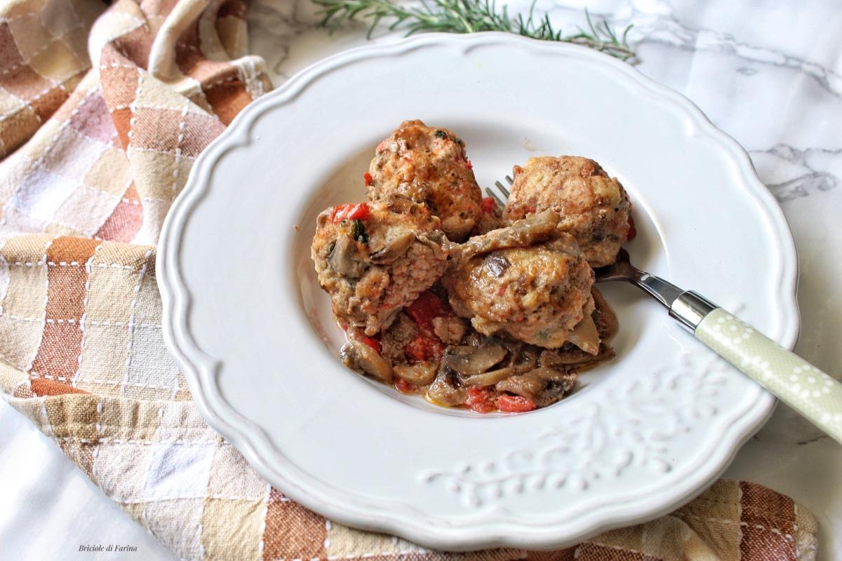 Polpette con funghi e sughetto von pomodorini e funghi