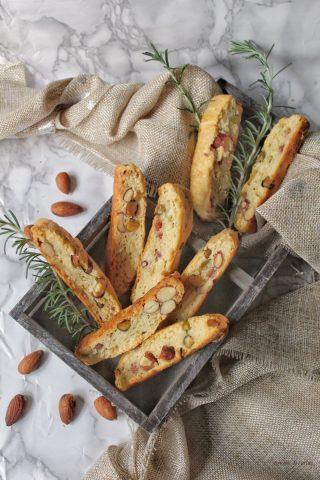Cantucci salati con speck parmigiano mandorle salate e pistacchi
