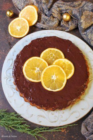 Crostata con base morbida con marmellata di arance amare ricoperta da ganache al cioccolato