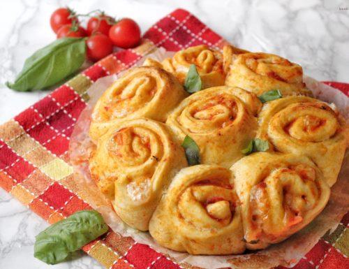 Torta di rose al gusto pizza con pomodoro e mozzarella