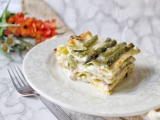 Lasagna bianca con asparagi besciamella mozzarella e provola