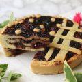 Crostata con frolla all'olio a 3 strati con marmellata di uva