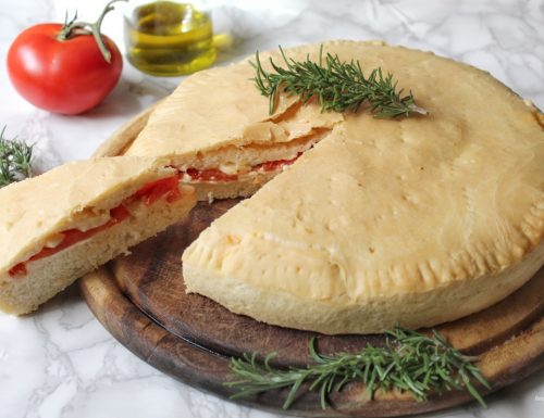 Focaccia morbida ripiena di pomodoro e mozzarella