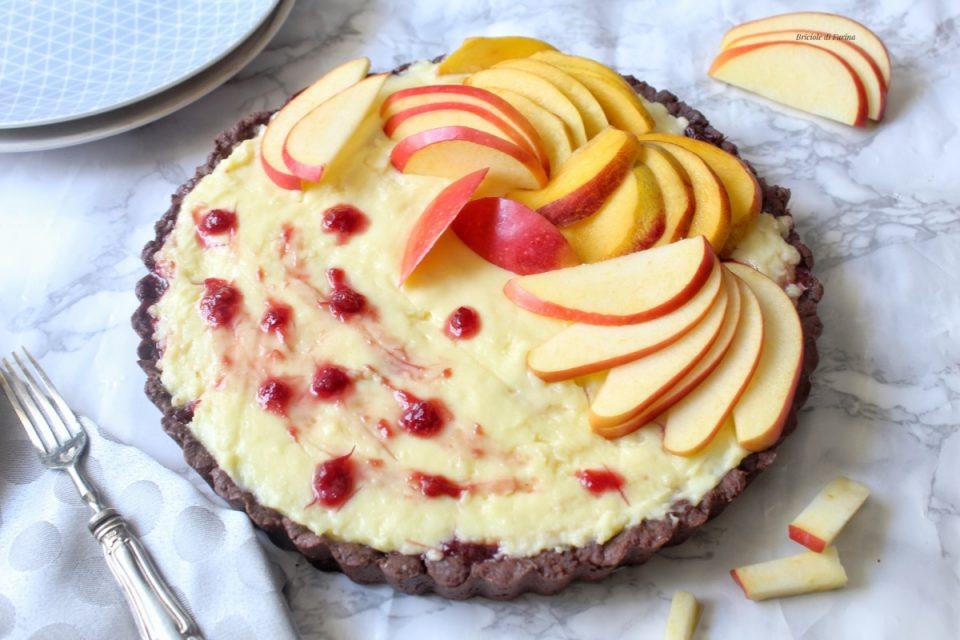 Crostata con frolla al cioccolato ripiena di marmellata alle prugne maraschino crema pasticcera e frutta fresca