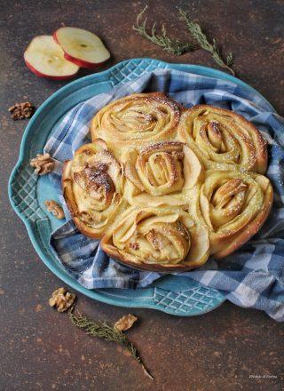 Torta di rose lievitata ripiena di crema pasticcera mele e noci
