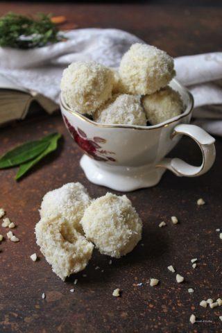 Biscotti alle mandorle e cocco ricoperti di cioccolato bianco e cocco