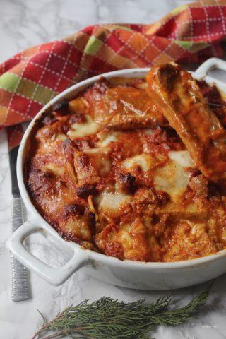 Polenta taragna pasticciata con ragù di salsiccia e costatelle
