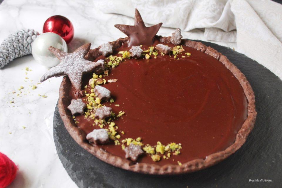 Crostata al cioccolato con ganache al cioccolato e pistacchi