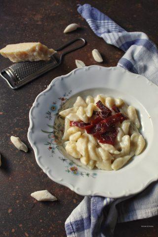 Gnocchi all'acqua con crema di parmigiano e speck croccante