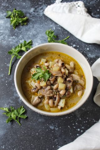 Zuppa di fagioli dall'occhio con patate e funghi misti