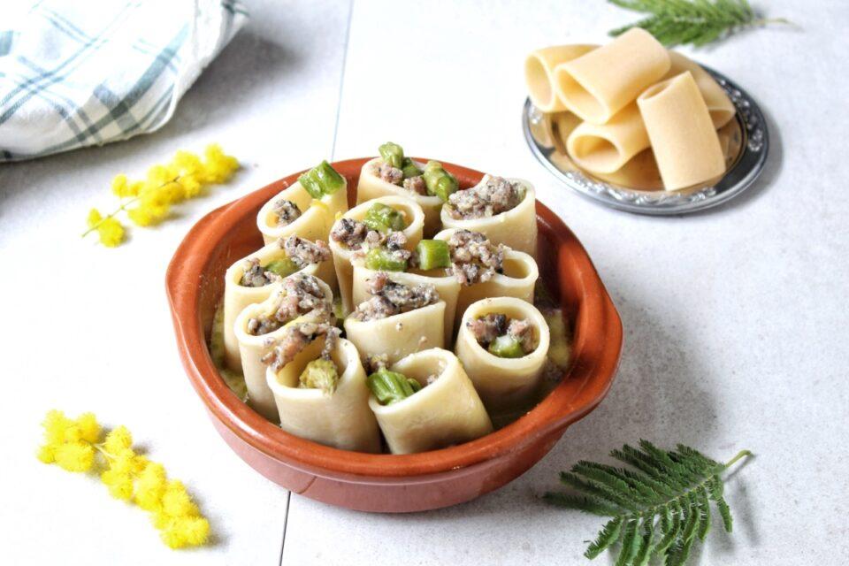 Paccheri ripieni di salsiccia al tartufo, asparagi e besciamella