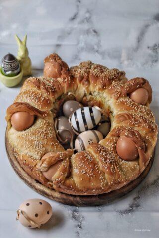 Treccia salata di brioche ripiena di zucchine trifolate formaggi decorata con uova sode