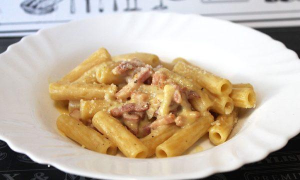 Pasta con crema di pomodorini gialli e pancetta