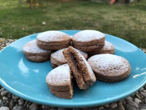 Biscotti di frolla al cacao ripieni di crema al caramello