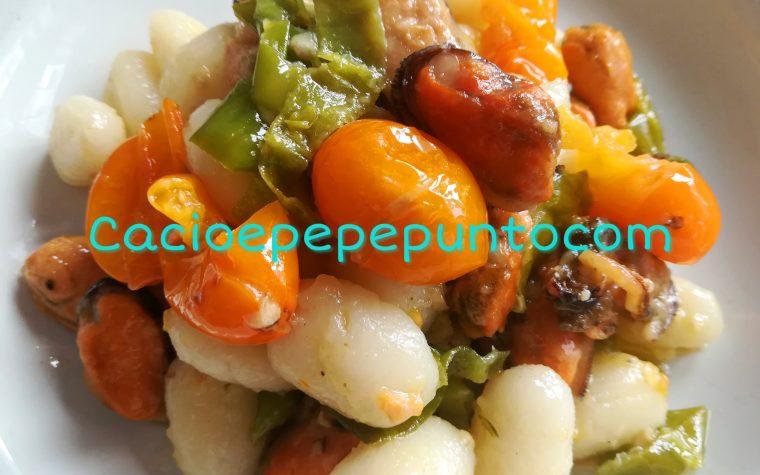 Gnocchi con datterini gialli, cozze e peperocini verdi