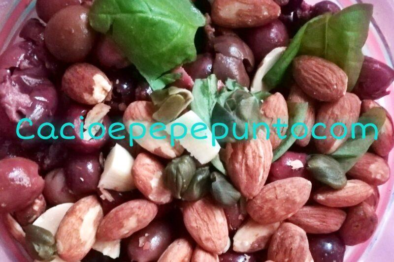 Paté di olive nere e mandorle