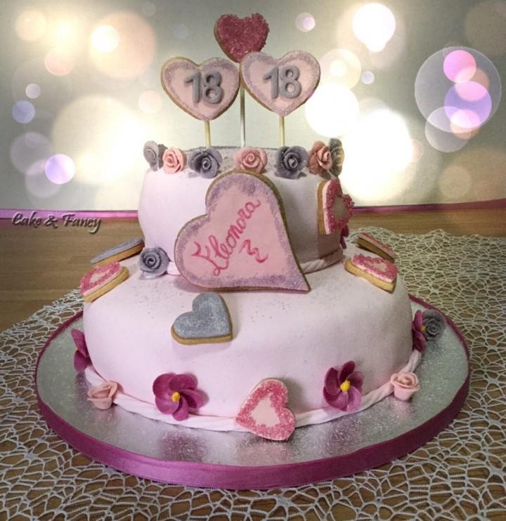 Torta compleanno a piani in pasta di zucchero e biscotti for Piani di trama per la mia casa