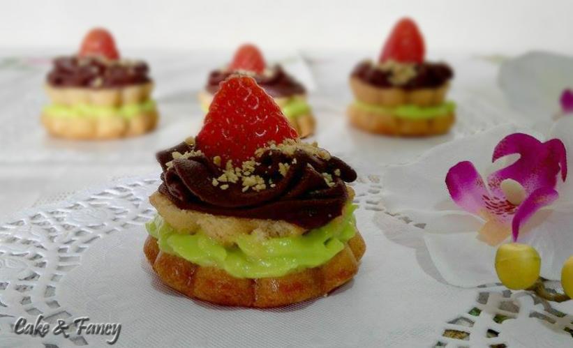 Fiori di pan di spagna pistacchio e fragole