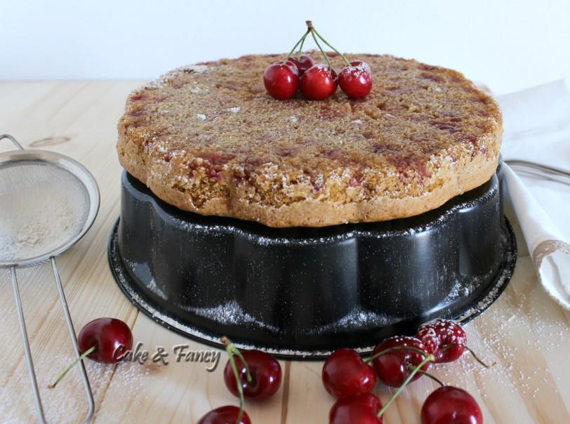 Torta rovesciata integrale e soffice con ciliegie