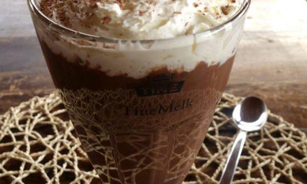 Cioccolata calda con panna montata alla vaniglia