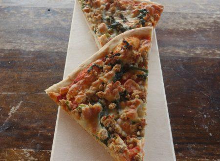 Pizza con salsiccia e spinaci