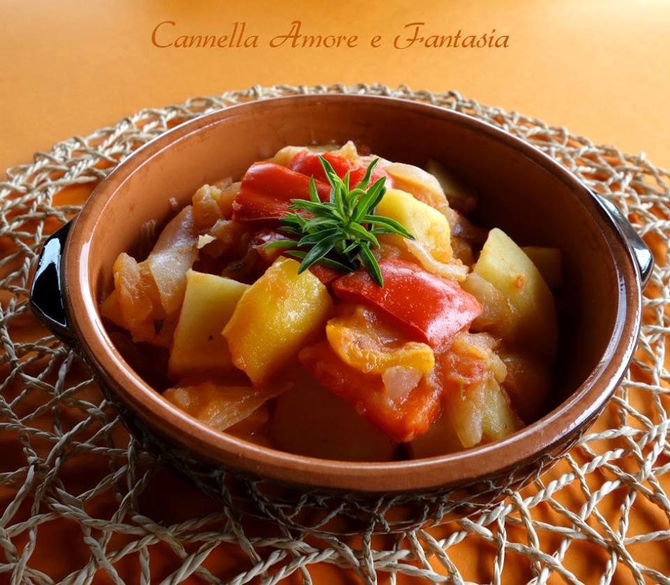 Peperoni patate e cipolle in padella