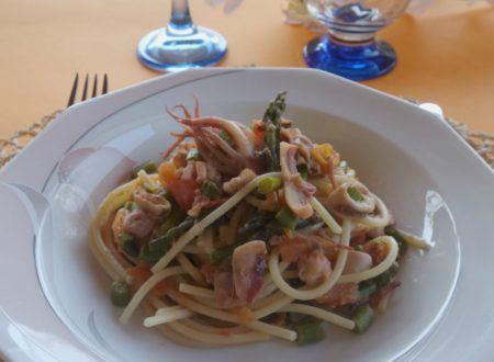 Spaghetti con calamari asparagi e pomodori