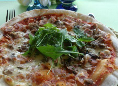 Pizza senza glutine con prosciutto e funghi