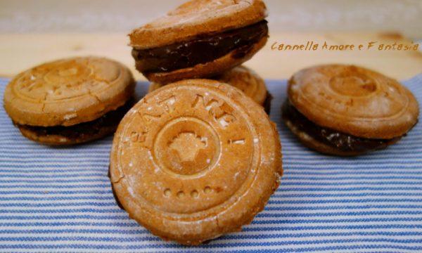 Biscotti alle nocciole farciti con ganache al cioccolato
