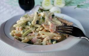Pasta tricolore con salmone e zucchine