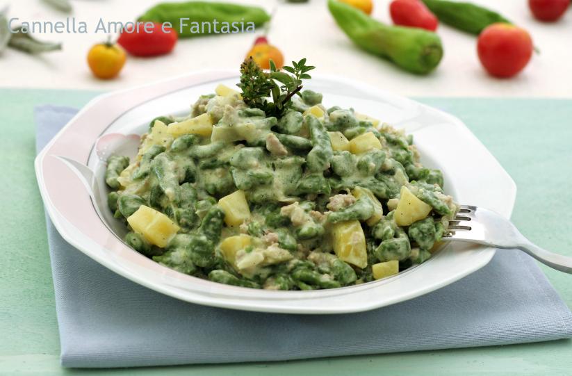 Spaetzle di spinaci cremosi con salsiccia e patate 1