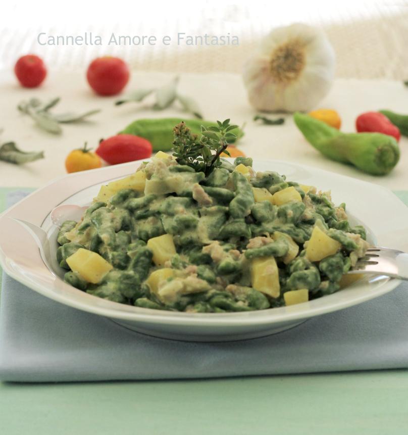 Spaetzle di spinaci cremosi con salsiccia e patate