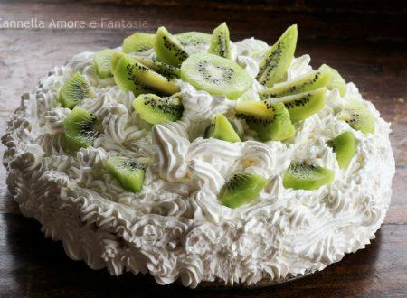 Torta al kiwi con crema pasticcera e panna